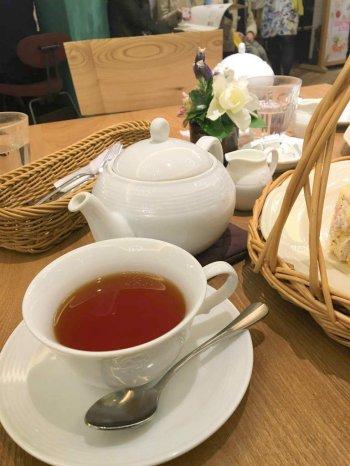 アフタヌーンティー・ティールームでは紅茶はポットでサーブされます。