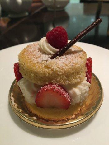 こちらはフォートナム&メイソンのヴィクトリアサンドウィッチケーキ。こちらもケーキとして選べます。