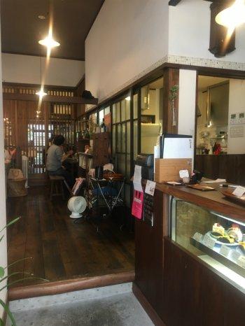 浅草店にはイートインペースもあります