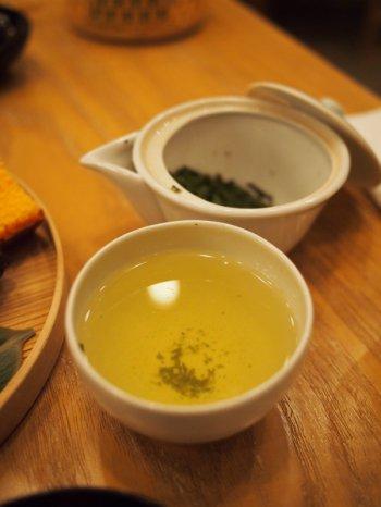 こちらはお友達がオーダーした「藤かおり」静岡のお茶でさえみどりよりも黄味が強い水色でした。こちらも期間限定のお茶でした。