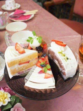 デザートはルスルスのケーキたち。もう2つのケーキスタンドがいっぱいだったので、ガラスのケーキスタンドに盛りました。