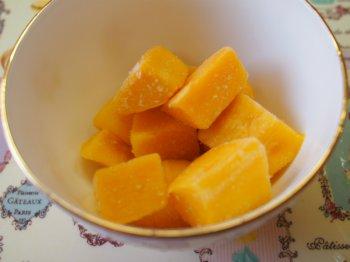 こちらはセブンイレブンの「濃厚でなめらか食感アップルマンゴー」1袋分(110g)です。