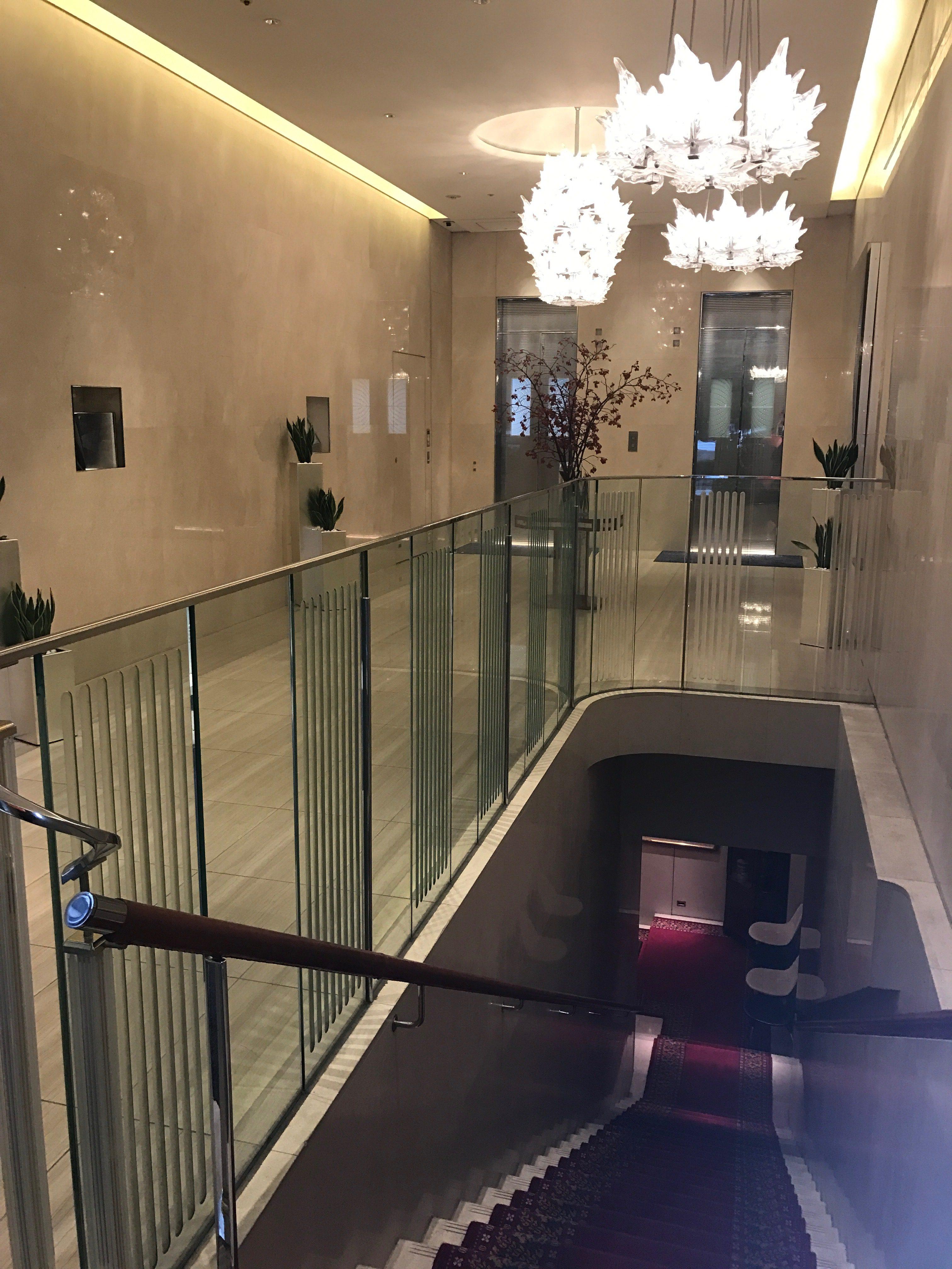 玄関ロビーの右側にある階段を下りていくと、ロイヤルクリスタルカフェがあります。