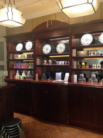 紅茶や雑貨が陳列されているボードも素敵!