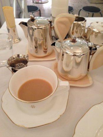 紅茶のおかわりは出来ませんが、さし湯は出してくれます。