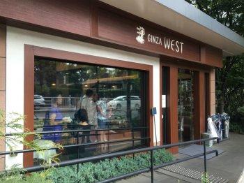 こちらはウエスト青山ガーデンの入り口。入ってすぐのところにケーキや焼き菓子の販売コーナーがあります。