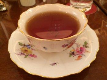 紅茶はカップサービスです。こちらのカップはマイセンのものです。