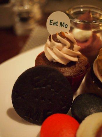 ラズベリーチョコカップケーキと「Eat me」クッキー(黒)