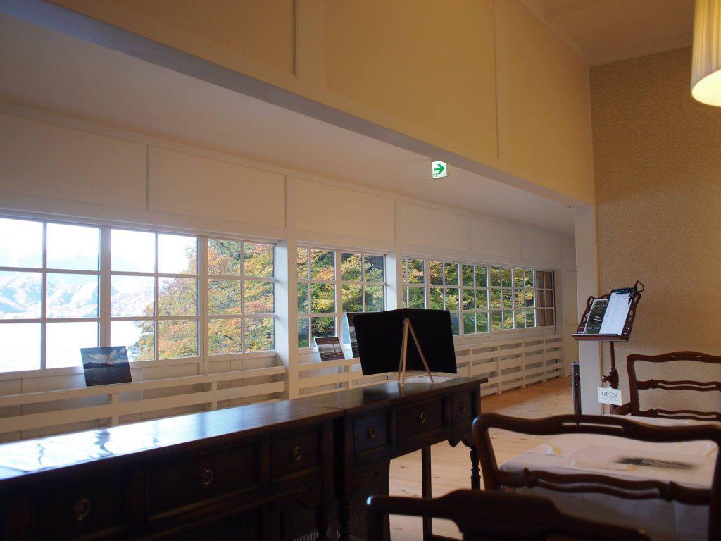 2階の廊下全体から中禅寺湖が眺められます。