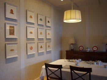 Tea Room 南4番Classicの内装。キャビネットの上にはエインズレイのティーウェアが飾られていました。