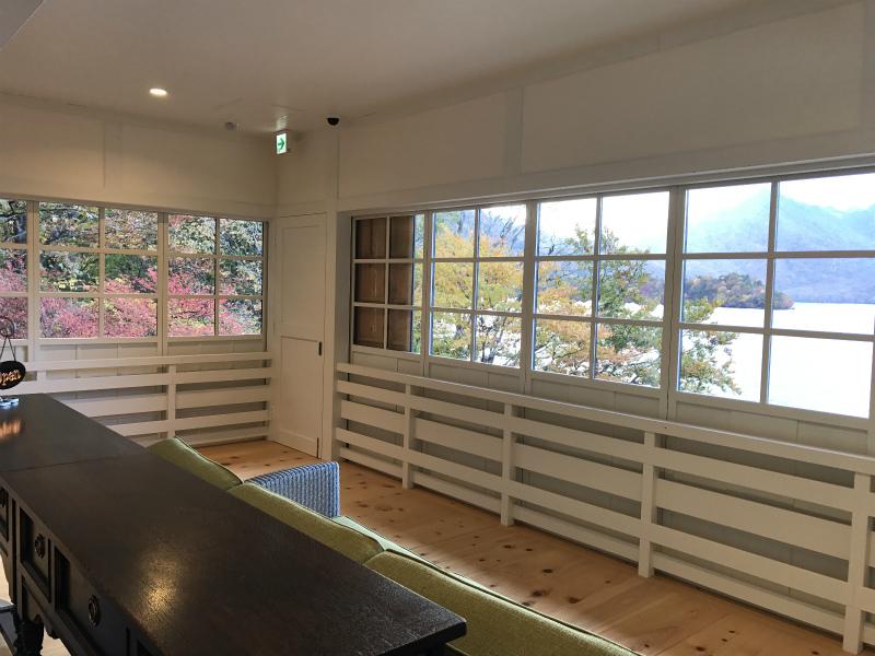 窓からの眺め。中禅寺湖が一望できます。すばらしい眺めです。