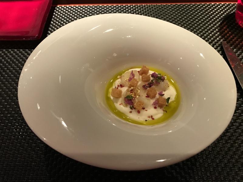 ズワイガニをユリ根のエスプーマで覆って スペイン産オリーブオイルと共に