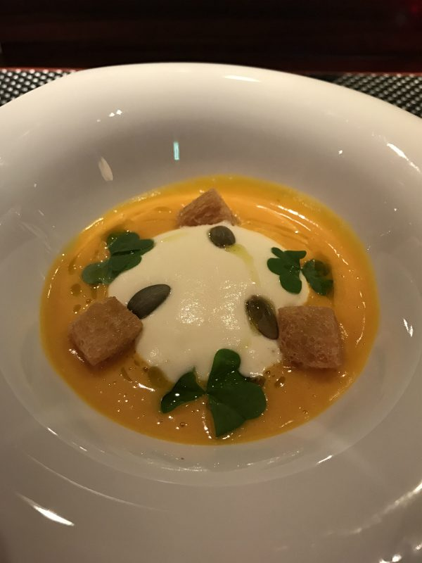 バターナッツカボチャのヴルーテ コンテチーズのエスプーマを浮かべて