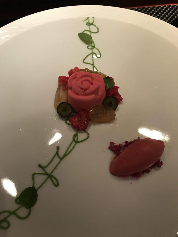 ローズの香りをまとったフロマージュブランノムーズ 赤い果実のクーリとソルベと共に
