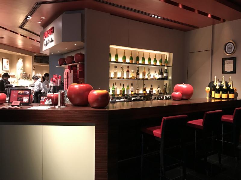 マリー・アントワネットを意識しているかも!と思わせるようなリンゴのオブジェがカウンターに飾ってありました。