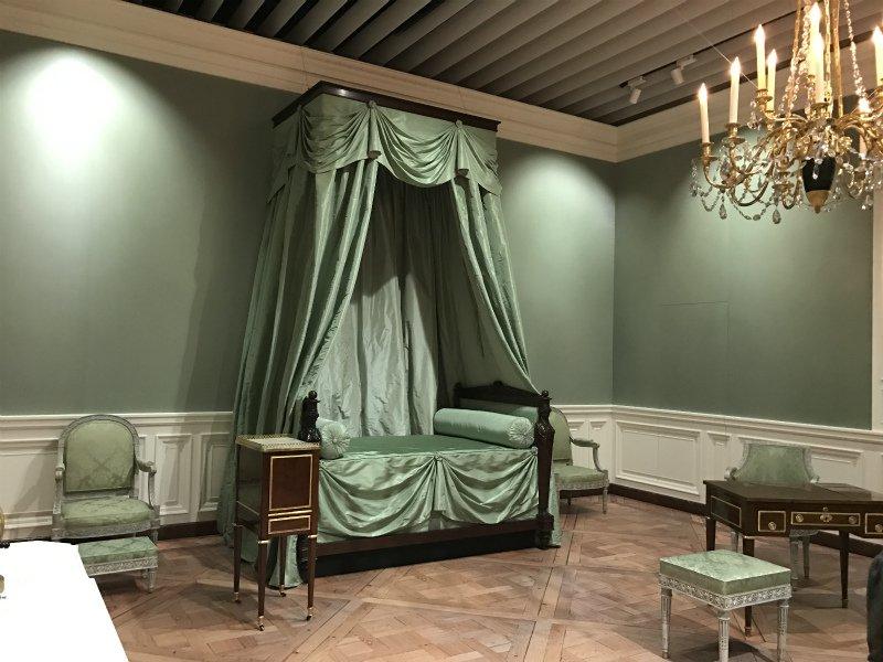 第7章 再建された王妃のプチ・アパルトマンの王妃の居室だけは撮影が許可されてました。ヴェルサイユ宮殿の本物の居室に比べたら、かなり見劣りしますが、東京でこの雰囲気に浸れたのはとても嬉しかったです。