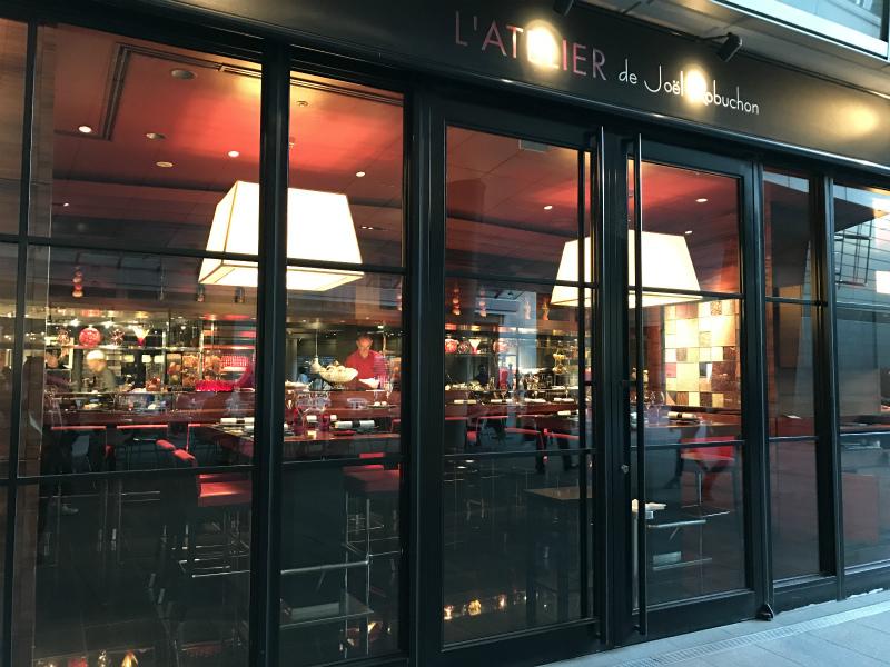 赤と黒の内装がステキなラトリエ・ドゥ・ジョエル・ロブション