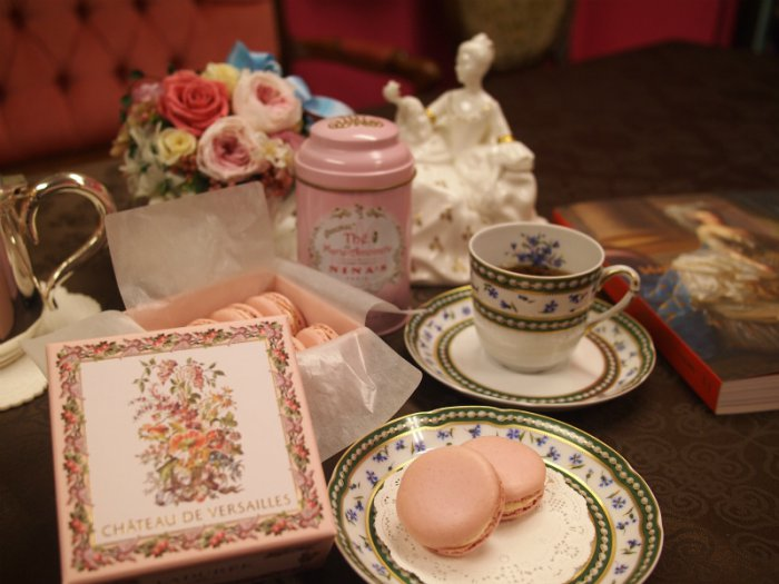 会場で買ったマカロンとニナスのマリー・アントワネットの紅茶。ティーカップはマリー・アントワネットが1782年にセーブル窯に発注したもののレプリカです。