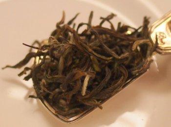 手もみで作られたゴールデントワールの茶葉はとても大きいです。