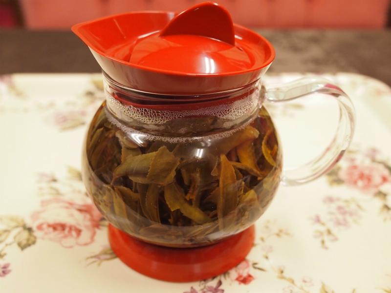 抽出中のゴールデントワール。茶葉が大きいのでティーポットが茶葉でいっぱいになります。