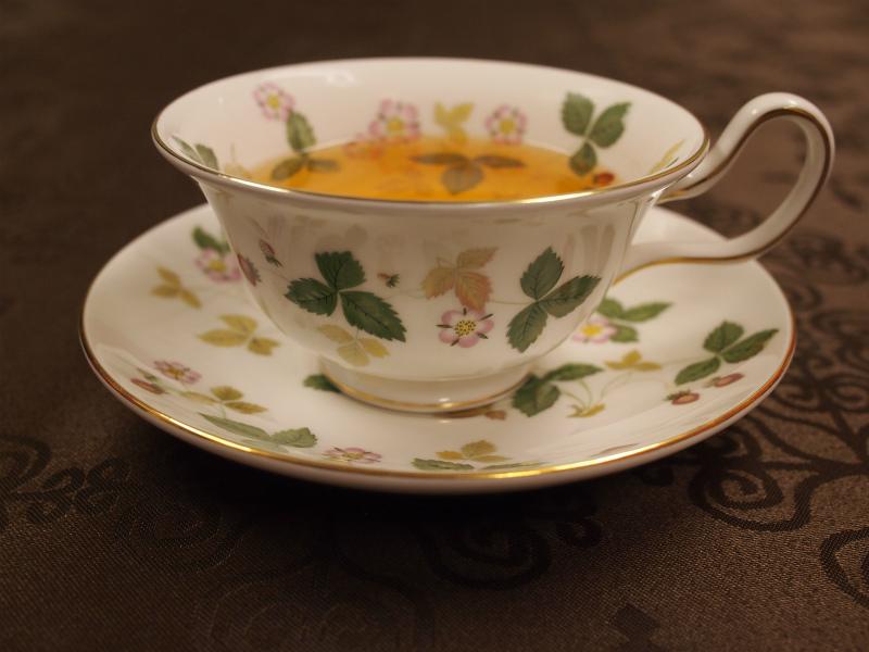 温かいゴールデントワールは写真のような浅めのカップで飲むとより美味しくいただけます。