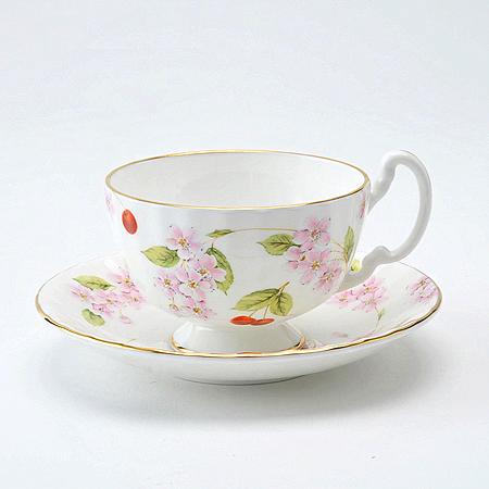 桜の花とサクランボがあしらわれたデザイン。こちらは春に使いたいカップです。
