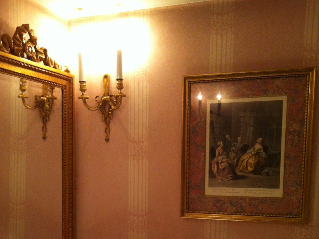 ニューグランドはおトイレも素敵です。ロココな絵も飾ってありました。