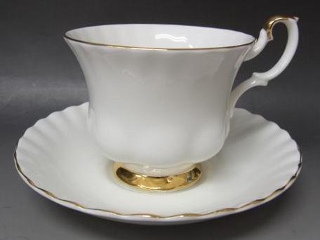 ロイヤルアルバートの白磁のカップ(モントローズシェイプ)