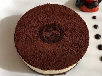 デザートの一番人気はティラミス!グッチのロゴが入っています。