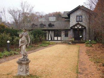 RUZE Villa(ルゼ・ヴィラ)は軽井沢レイクガーデンの隣にあります。