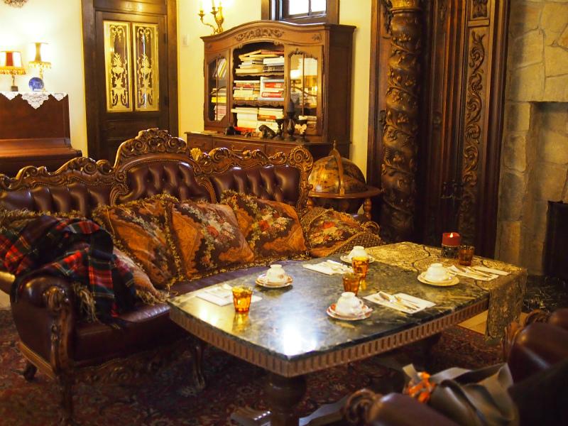 ルゼ・ヴィラのラウンジ。家具はすべてイギリスのアンティークだそうです。