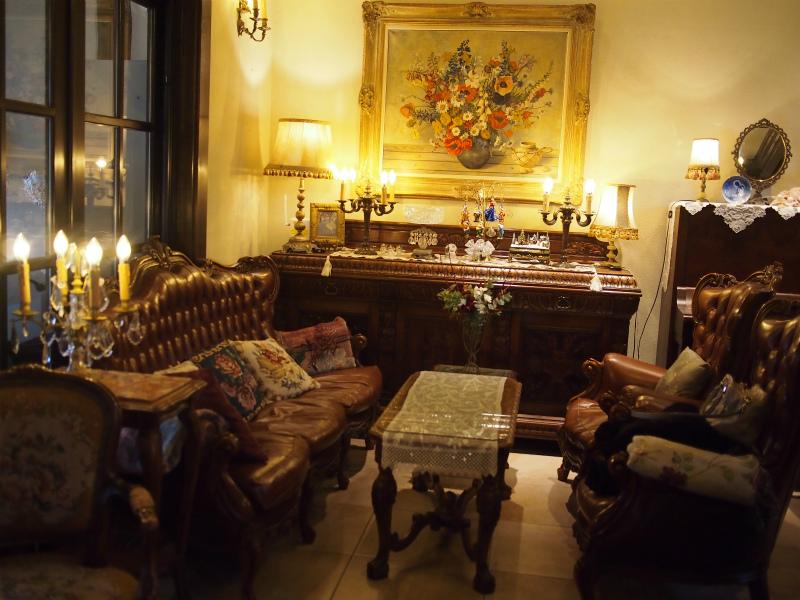 家具はすべてイギリスのアンティークだそうです。