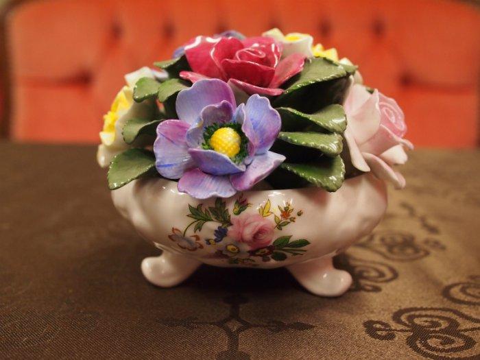 こちらの陶花は「ハワードスプレイ フッテドボウルフラワー」。私はこの陶花をシンメトリーに飾りたくて2つ購入しました。最近、この陶花が売っているのを見ていないので、もしかしたら、生産されなくなってしまったのかもしれません。
