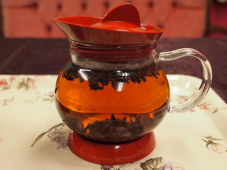 沸騰していないお湯で入れた紅茶。茶葉が上と下に分かれてしまい、ジャンピングが起こりません。