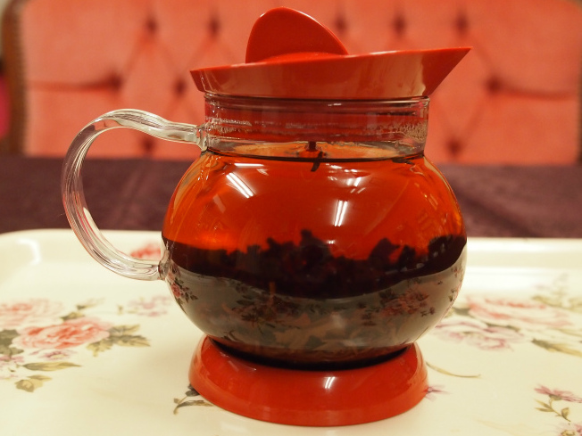 沸騰しすぎのお湯で入れた紅茶。茶葉が沈んでしまってジャンピングが起こりません。