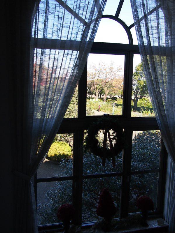 リースが飾られた窓。窓越しにはローズガーデン