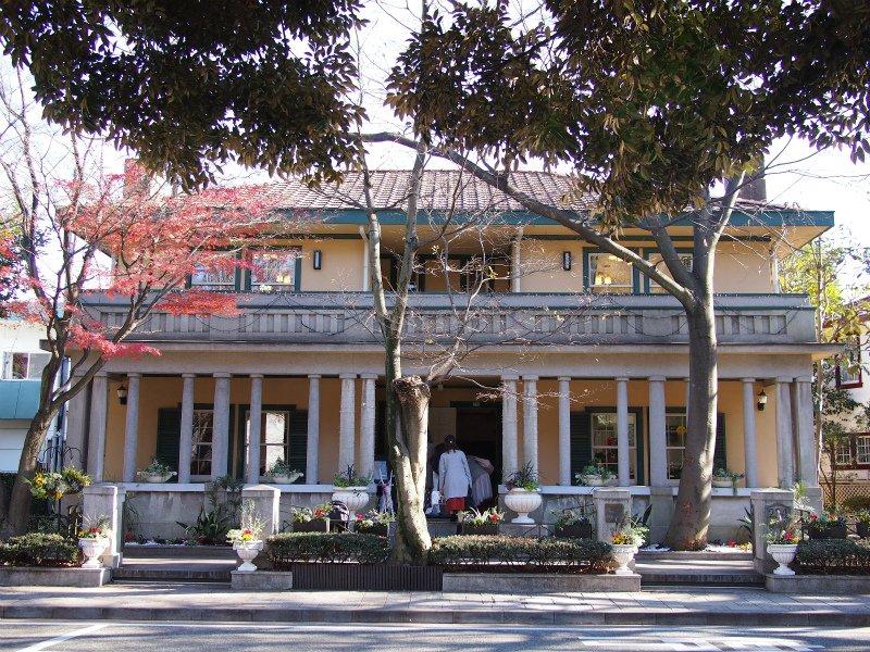 山手234番館は1927年に建てられた外国人向けのアパートメント。 各階2世帯ずつ、合計4世帯が暮らせるアパートメントでした。1989年に横浜市が購入し改修工事の後1999年から一般公開されています。