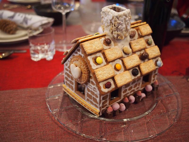 お菓子の家も飾ってありました。
