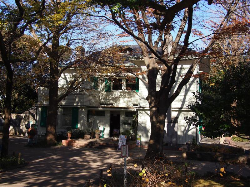 スイス人貿易商フリッツ・エリスマンの邸宅として、1925年から1926年にかけて山手127番地に建設されたエリスマン邸。1982年に解体されましたが、1990年横浜市により現在の場所に移築され、現在は観光用施設として一般公開されています。