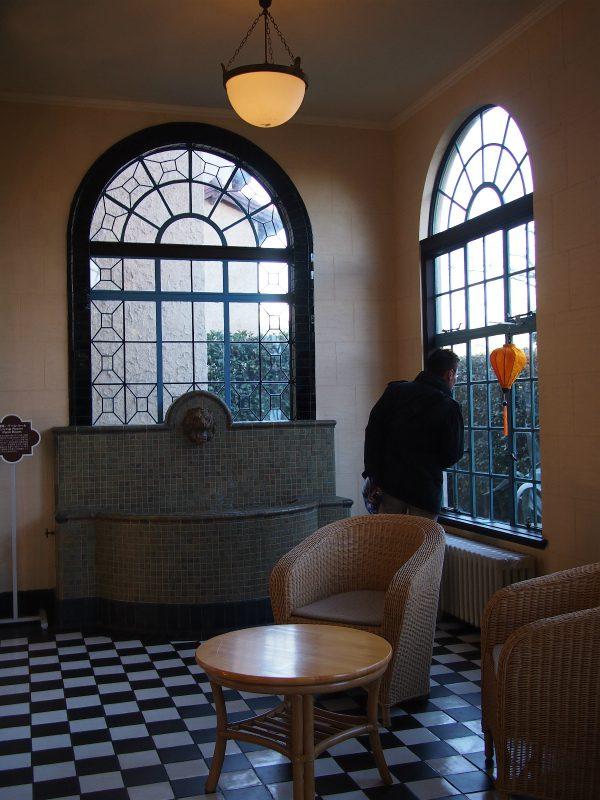 居間に続くパームルームには壁泉があります。