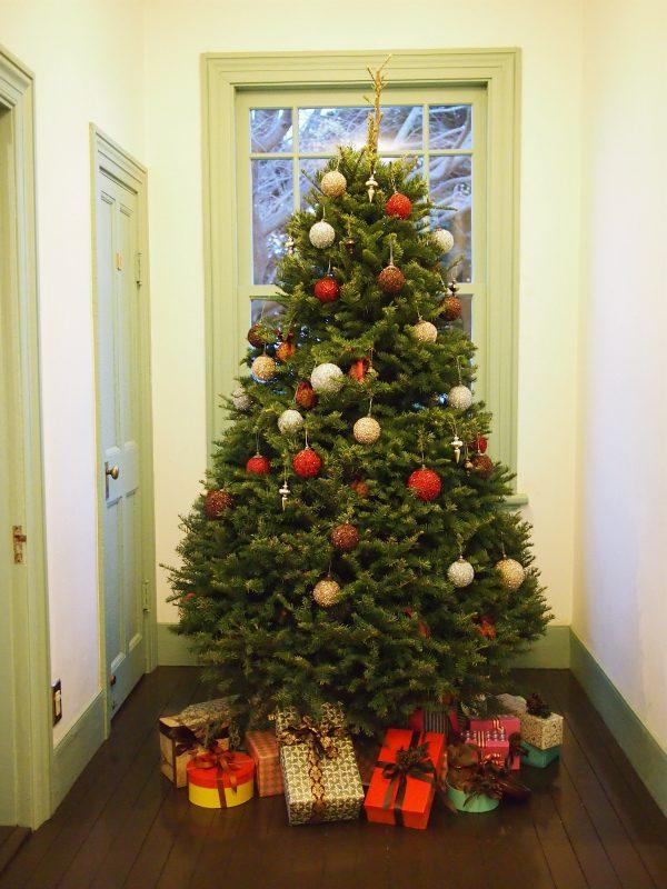 ブラフ18番館のクリスマスツリー。ツリーの下にプレゼントが置いてあるのが西洋らしいですね。