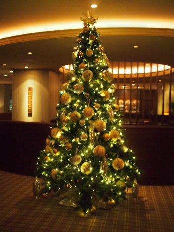 クリスマス時期なので大きなツリーが飾られていました。