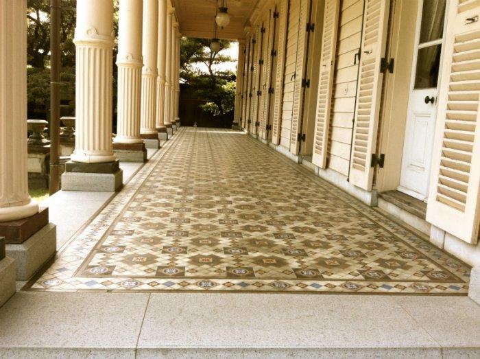 東京湯島にある旧岩崎邸のベランダ。床のタイルはすべてミントン製です。
