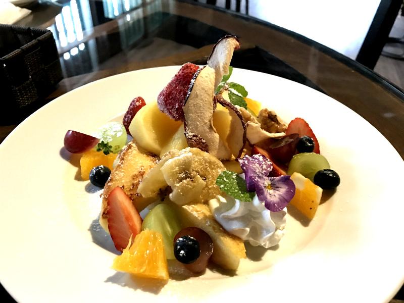 こちらがフレンチトースト。エディブルフラワーやフルーツがたくさんでとても華やかです。