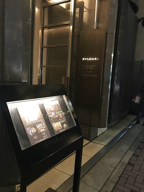バーやレストランの入り口は脇道にあります。