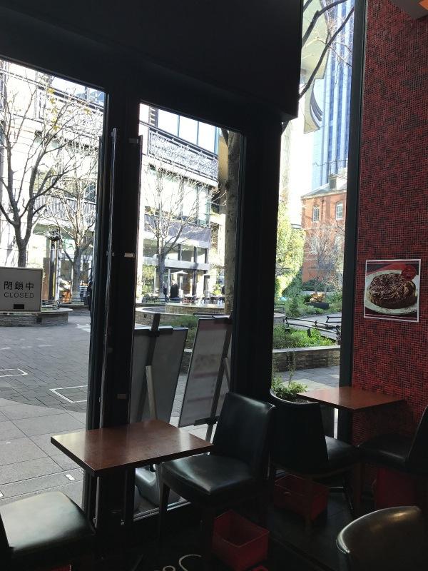 窓から見える景色は丸の内ブリックスクエアの中庭