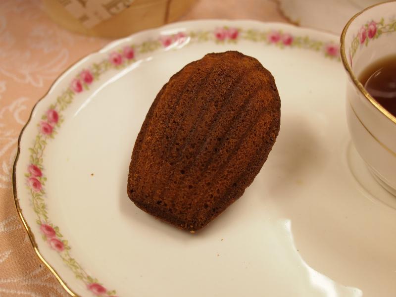 エシレ・メゾン デュ ブール のマドレーヌ。こちらもこんがりした焼き色。さっくりしっとり、フィナンシェよりも甘みを感じます。