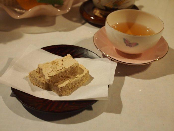 お湯のみは和光園、菓子皿は鎌倉彫のものです。