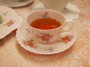 ダージリンファーストフラッシュは実際はもっと黄色い色をした紅茶なのですが、ピンクの素地のカップに入れたらオレンジ色に見えてしまいました。