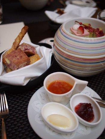 2016冬「苺のアフタヌーンティー」は有田焼のお重で提供されます。